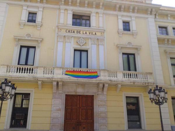 Bandera LGTB penjada a l'Ajuntament de l'Hospitalet